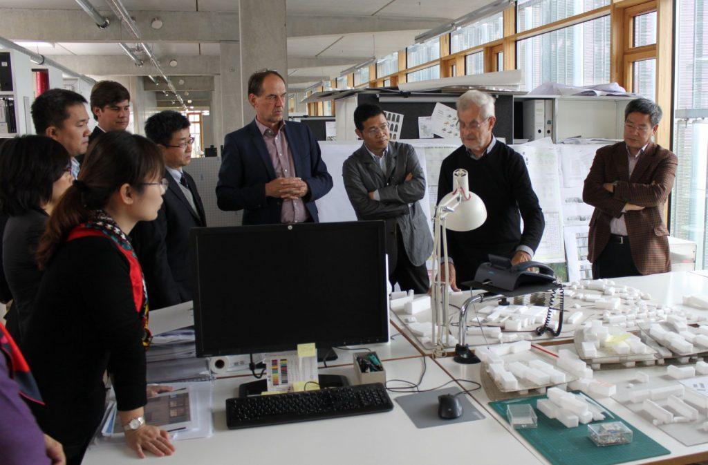 Prof. Hans Nickl (2. v. r.) erläutert seinen Gästen die aktuellen Arbeiten des Büros.