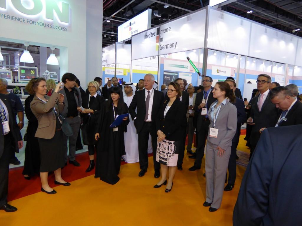 Prof. Christine Nickl-Weller und Hieronimus Nickl mit der Paralmentarischen Staatssekretärin Widmann-Mauz und weiteren Mitglieder der deutschen Delegation auf der Arab Health