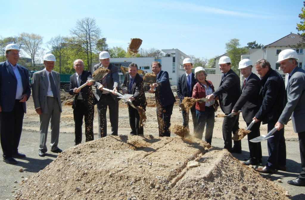 Prof. Gembruch (2nd from left) and Prof. Holzgreve (6th from left) at the ELKI groundbreaking in Bonn
