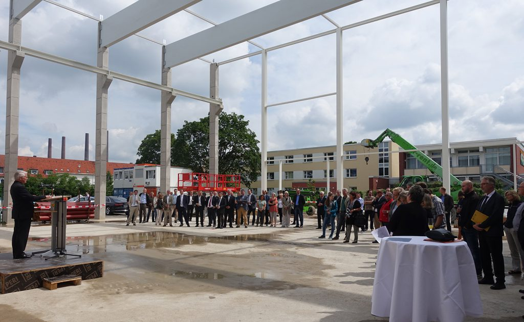 Topping-out ceremony with Peter-Jürgen Schneider, finance minister of Lower Saxony, at the lectern