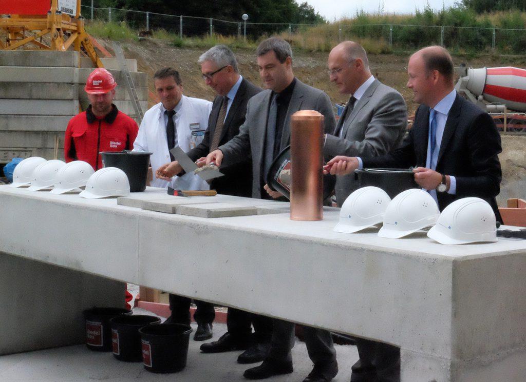 Feierliche Grundsteinlegung mit Bayerns Finanzminister Dr. Markus Söder (3. von rechts)