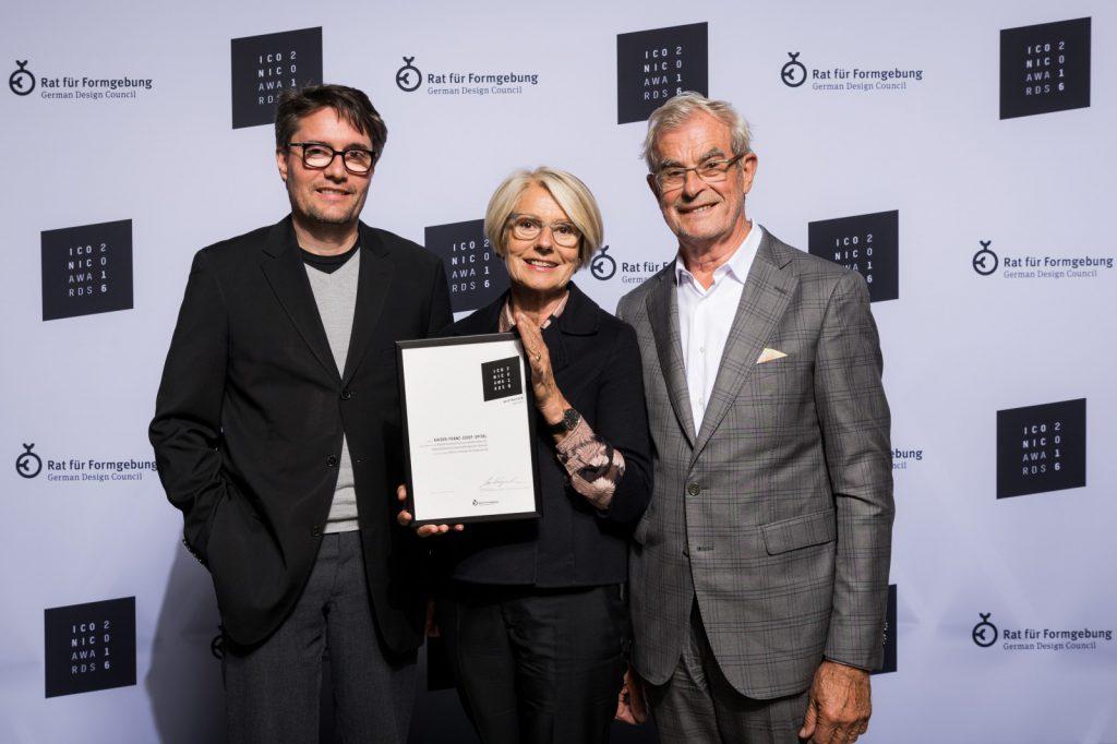 Alexander Deutschmann, Prof. Christine Nickl-Weller und Prof. Hans Nickl mit der Urkunde