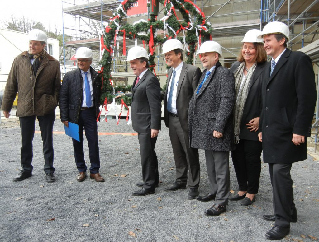 From left to right: Prof. Dr Nicolas Wernert (Dean), Ashok-Alexander Sridharan (Mayor), Michael Groschek (North Rhine-Westphalia Minister for Building, Housing and Urban Development), Prof. Dr Dr h.c. mult. Wolfgang Holzgreve (Medical Director), Alexander Pröbstl (Care/Patient Service Board), Prof. Dr med. Dagmar Dilloo (Director of Paediatric Haematology/Oncology), Damian Grüttner (Business Management)