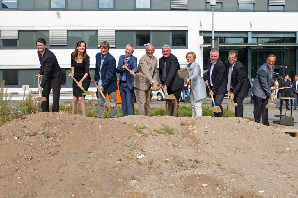 Attending the groundbreaking: from left to right, Prof. Frank Neese, Prof. Serena DeBeer, Willi Schlamann, Prof. Walter Leitner, Mayor Ulrich Scholten, Prof. Robert Schlögl, State Secretary Annette Storsberg, Christian Andreas Maeder (Nickl & Partner), Maximilian Prugger (deputy General Secretary of the Max Planck Society), Arnold Fessen (District Mayor). Photo: MPI CEC
