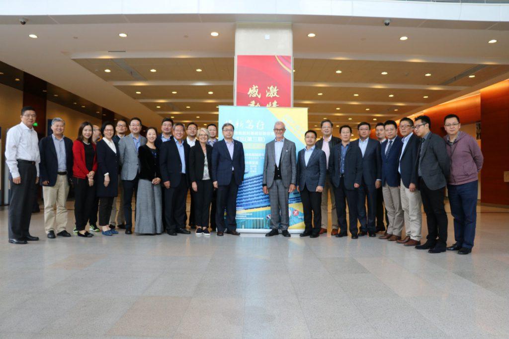Gruppenfoto mit den Führungskräften des Shanghaier Krankenhausentwicklungszentrum und den städtischen Krankenhausleitern