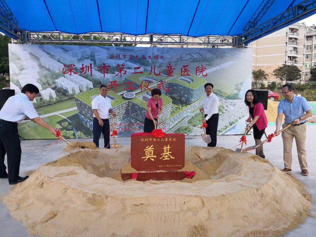 Foto: v.l.n.r.: Zhong Shan (Direktor von der Kinderklinik Shenzhen), Huang Qi (Public Work Office, Shenzhen), Wu Yi Huan (Vizebürgermeisterin von Shenzhen), Luo Le Quan (Parteivertreter der