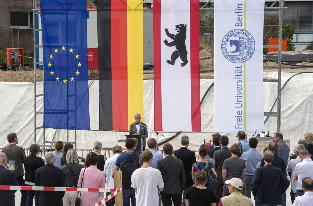 Herr Prof. Hans Nickl bei seiner Rede zur Grundsteinlegung für den Forschungsneubau SupraFAB in Berlin (Foto: Bernd Wannenmacher)