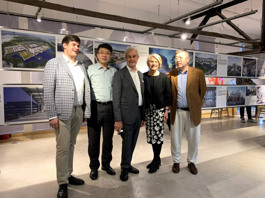 Ausstellungseröffnung in Shenyang, v.l.n.r.: Hieronimus Nickl, Yang Ye (Vice Director Liaoning Shenfu New District), Prof. Hans Nickl, Prof. Christine Nickl-Weller, Lu Di (Leiter Dian Museum)