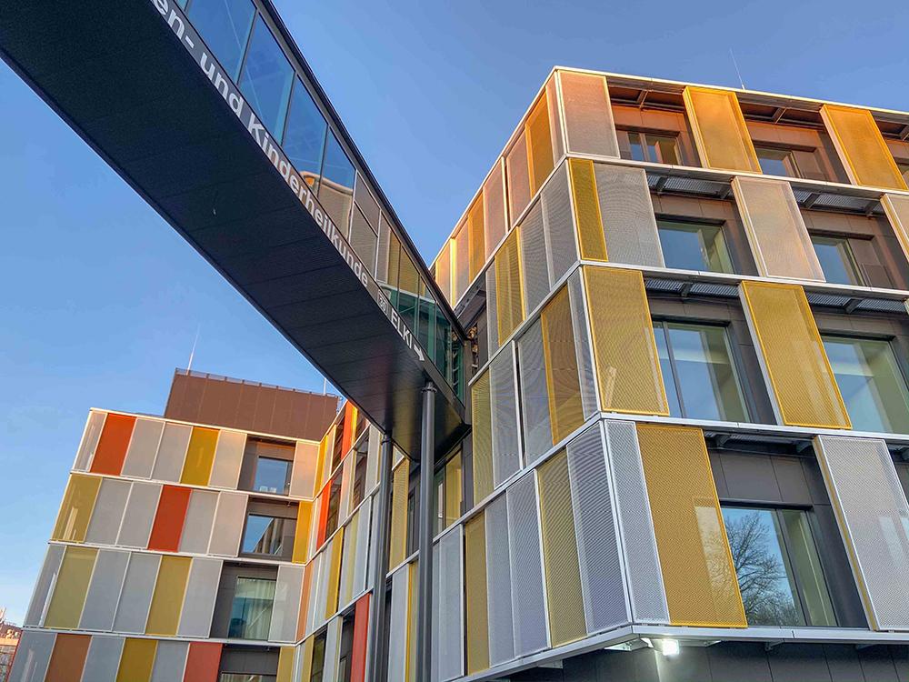 ELKI - mit Brücke zur jetzigen Frauenklinik. Es werden Abteilungen der Frauen- und Kinderheilkunde über beide Gebäude verteilt werden, um die Zusammenarbeit optimal zu unterstützen. Foto: Universitätsklinikum Bonn, UKB